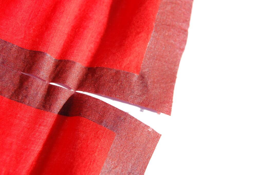 """Die Idee hinter dem Produkt """"TexTeil"""" ist daraus entstanden, dass sich Stoff zwar reißen lässt, aber immer nur parallel zu den verwebten Fäden; und daraus, dass gewebte Textilien die unangenehme Eigenschaft haben, auszufransen. Durch das mustermäßige Bedrucken des Stoffs mit einer speziellen Druckpaste wird der Stoff so modifiziert, dass er nicht mehr ausfranst, und sich zudem nach einer Perforation an den entsprechenden Stellen reißen lässt."""