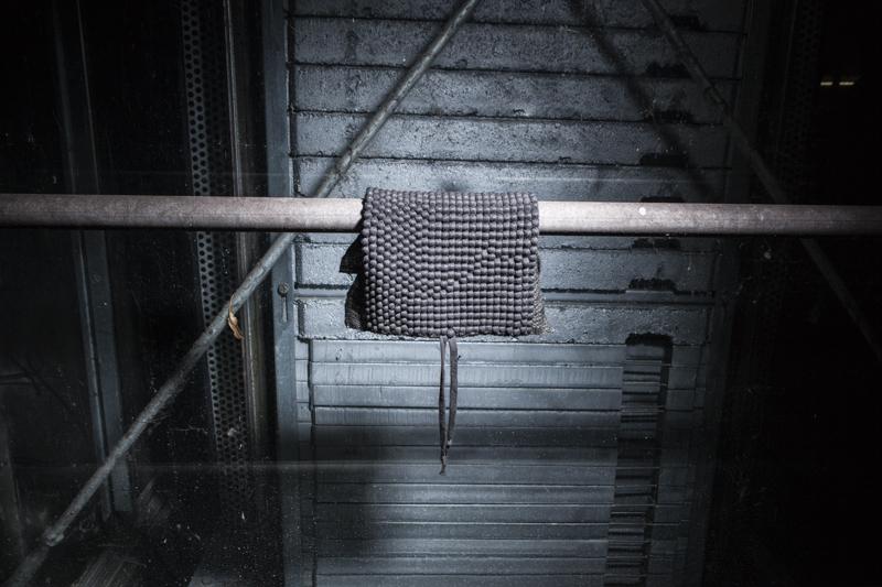 Im Rahmen der Masterarbeit von Annette Fauvel entstanden Gewebe und Materialexperimente aus Wolle, Metall, Papier und viel Erstaunlichem. Sie sind Indizien dafür, dass das bewusst gestaltete Hindernis eine Bereicherung für den Benutzer ist, weil es durch erschwerte Anwendbarkeit herausfordert, inspiriert und neue Gestaltungswege aus dem Material heraus eröffnet.