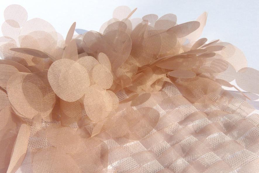 Im Rahmen eines Praktikums bei Jakob Schlaepfer sind Materialexperimente und Textilien für den Haute Couture Bereich entstanden
